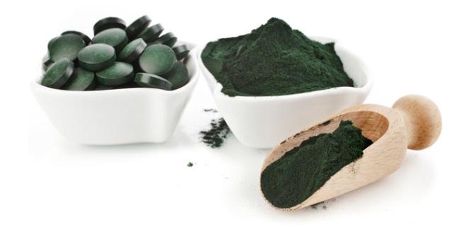 La riqueza en clorofila de las algas; Las más ricas son la espirulina y el alga azul Klamath